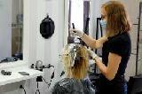 Gostinci, frizerji in kozmetiki proti zapiranju