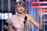 Taylor Swift dohitela Whitney Houston